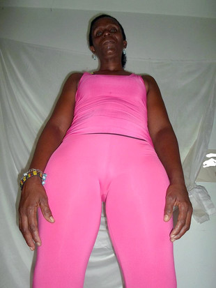 Ebony mature take off pink clothes and..