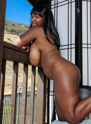 Muscled black MILF nude and other sexy..