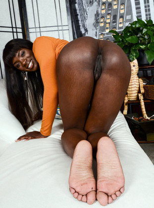 Cute black model exposing her amazing..