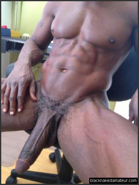 schwarzer mann mit riesigen schwanz