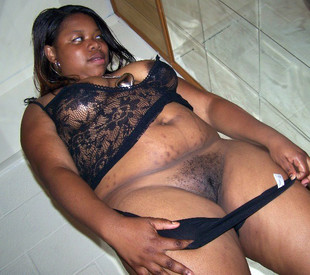 Plump black ghetto chick gets her twat..